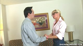 Comme �a slut Mikki Lynn drops on her knees to fad off her boss